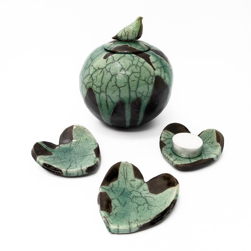 urn_urnen_keramiek_keramische_raku_groen_kopen_bijzondere_unieke_handgemaakt_op_maat_bijpassende_harten