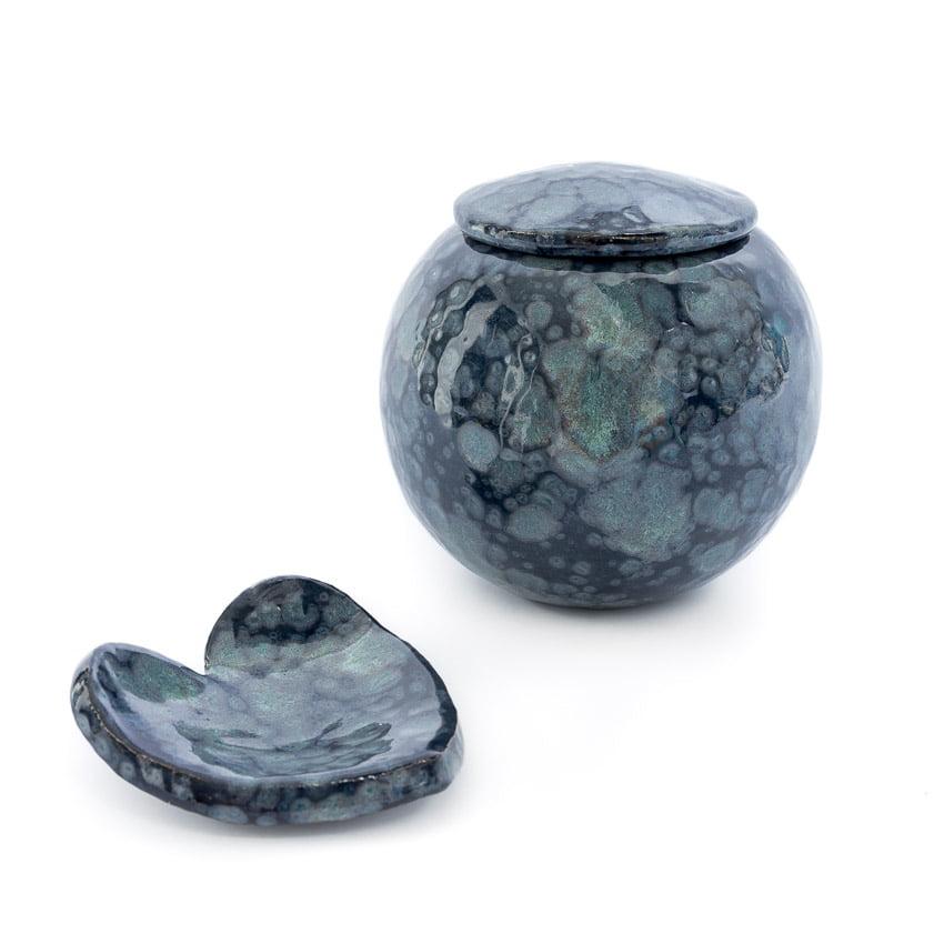 urn_urnen_mini_keramiek_keramische_tover_glazuur_grijs_groen_kopen_bijzondere_unieke_handgemaakt_op_maat_bijpassende_harten